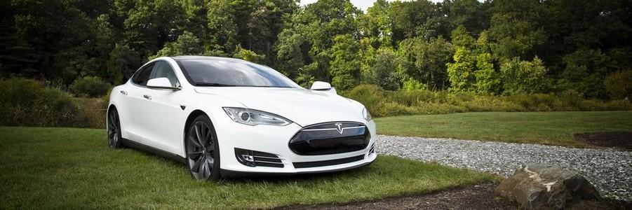 Impact sur L'environnement. Ici une Tesla (éléctrique)
