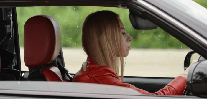 jeune conducteur de voiture sans permis